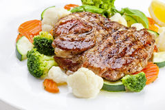 En smaklig mat. Grillade biffar och grönsaker. Högkvalitativ bild Arkivfoto