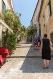 En smal brant gata med blommande oleander i Ravello amalfi kust italy royaltyfri bild