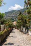En smal brant gata med blommande oleander i Ravello amalfi kust italy royaltyfria bilder