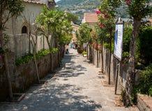 En smal brant gata med blommande oleander i Ravello amalfi kust italy royaltyfria foton