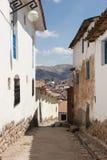 En smal gata i Cuzco arkivbilder