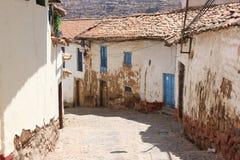 En smal gata i Cuzco fotografering för bildbyråer