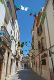 En smal gata i den gamla mitten av Benissa, Costa Blanca, Spanien arkivbilder