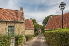 En smal gata med några hus arkivfoton