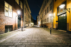 En smal gata på natten, i Köpenhamn, Danmark Arkivfoto