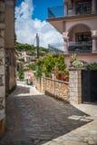 En smal grekisk gata Royaltyfri Foto