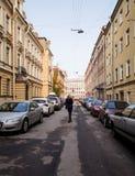 En smal härlig gata i mitten av staden st för domkyrkacupolaisaac petersburg russia s saint royaltyfri foto