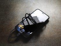 En smartphone och en uppladdare fotografering för bildbyråer