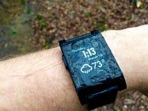 En smartwatch som är all våt efter ett bra regn Royaltyfri Bild