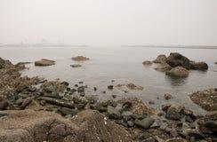 En smoggy sikt från Yantai Kina Arkivfoto