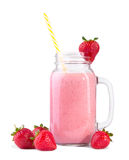 En smoothie i en flaska med ett ljust gult sugrör i det och nätta smakliga jordgubbar omkring, isolerat på en vit bakgrund Arkivbilder