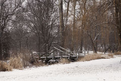 En snöig bro i vintern Royaltyfri Bild