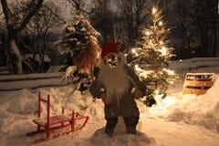 En snöig julbakgrundsplats med jultomten Arkivbilder