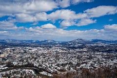 En snöig sikt av den Roanoke dalen med bergen i bakgrunden arkivbilder