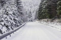 En snöig väg i bergen Royaltyfria Bilder