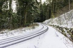 En snöig väg i bergen Royaltyfria Foton