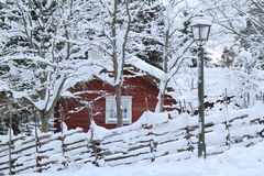 En snöig vinterjulkabin Royaltyfri Bild