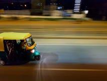 En snabb rörande auto rickshaw i Bangalore huvudvägar arkivbilder