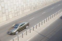 En snabb rörande bil skriver in tunnelen royaltyfri foto