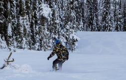 En snowboarder snider upp berget Royaltyfria Foton