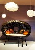 En soffa i Salone Del Mobile, Milano royaltyfri foto