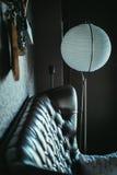 En soffa och en lampa Arkivbild
