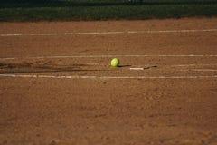 En softball på ett fält Royaltyfria Foton