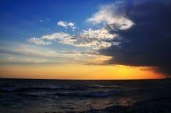 En soirée sur la mer images libres de droits