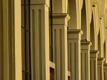 En solbelyst kolonnad med bågar Arkivfoto