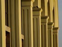En solbelyst kolonnad med bågar Royaltyfri Bild