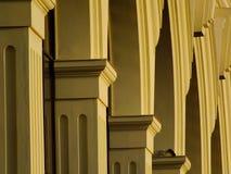 En solbelyst kolonnad med bågar Fotografering för Bildbyråer