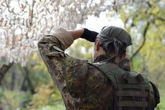 En soldat av den ukrainska armén Bandana på hans huvud _ för royaltyfri fotografi