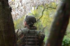 En soldat av den ukrainska armén Bandana på hans huvud Kulan royaltyfria bilder