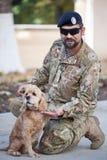 En soldat av den ukrainska armén och hans hund Ukraina Lviv, Oktober 13, 2018 royaltyfria bilder