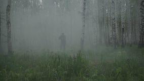 En soldat i militära likformig kör till och med skogen