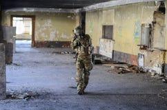 En soldat i stridkugghjulet som atacking Royaltyfri Fotografi