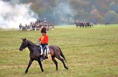 En soldat-reenactor rider en brun häst Royaltyfria Bilder
