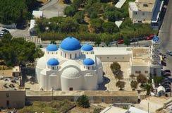 En solig dag och kyrkan av Timiou Stavro Royaltyfria Bilder