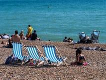 En solig dag på stranden på Brighton fotografering för bildbyråer