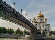 En solig sikt av templet av Kristus frälsaren och den patriark- bron i Moskva Arkivfoto