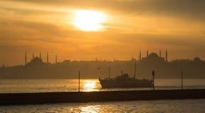 En solnedgång över blå moské- och hagiasophia Fotografering för Bildbyråer