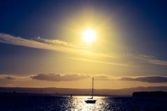 En solnedgång över fjärden arkivfoto