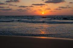 En solnedgång över havet royaltyfri fotografi