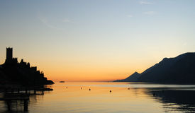 En solnedgång i Malcesine Arkivfoton