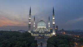 En solnedgång på den blåa moskén, Shah Alam Royaltyfri Bild