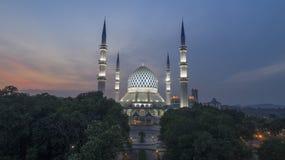 En solnedgång på den blåa moskén, Shah Alam Royaltyfri Fotografi