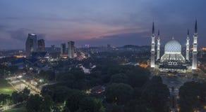 En solnedgång på den blåa moskén, Shah Alam Arkivbild