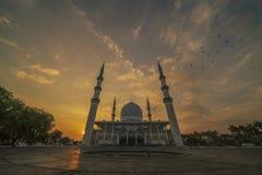 En solnedgång på den blåa moskén, Shah Alam, Malaysia royaltyfria bilder