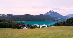 en solnedgångsikt av byn på lakesiden fotografering för bildbyråer