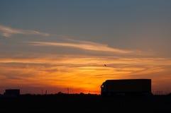 En solnedgångsikt och en lastbil Fotografering för Bildbyråer